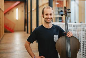 Tim Duerinck bouwt een cello in vlas voor Texture