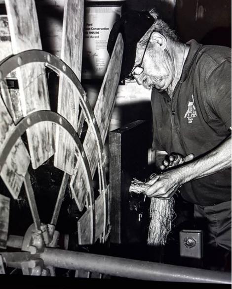 molenaar Henri Kerkchof demonstreert in Preetjes Molen